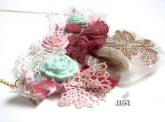 Collier art textile plaqué or, free-form