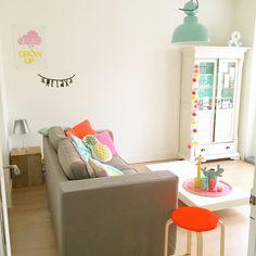 #woonkamer #livingroom #witwonen #witwonenmetkleur #neon #pastels #mint #yellow #hkliving #cottonballlights #cottonballlightstheoriginal #ikea #hema #wordbanner #zilverblauw #jaren20woning