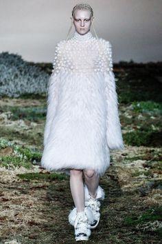 Foto AMHW201415 - Alexander McQueen Herfst/Winter 2014-15 (1) - Shows - Fashion - VOGUE Nederland