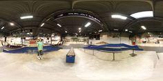 """Esta es una (aunque se ven 2) de las 4 zonas del skatepark. Había una zona de Minis y otra zona para principiantes.  Un skatepark muy divertido.  7 fotos sacadas con un sigma 15mm, a mano y con los patines puestos (en la ultima foto me moví hacia atrás sin querer y por eso ha sido imposible juntarla bien).  Panorámica montada usando Hugin.   VISTA """"3D"""" INTERACTIVA  (5,2 MB)  ///////////////////////////////////////////////////////////////////////////  7 handheld photos (with my skates on)…"""
