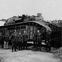 1940, France, Un char français 2C (FCM 2C) capturé lors de l'invasion, le plus gros char de la seconde guerre mondiale