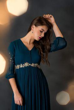 Indian Fashion Dresses, Dress Indian Style, Indian Designer Outfits, Designer Dresses, Indian Wear, Stylish Dresses For Girls, Stylish Dress Designs, Simple Dresses, Heavy Dresses