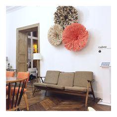 ©Selency : living room / vintage sofa / colored juju hat / orange chair