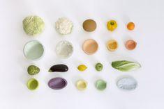 Reversed volumes par le Studio Autrichien Mischer'Traxler. Un joli parti pris autour de l'empreinte et du mimétisme d'un fruit ou d'un légume utilisé dans notre quotidien, dans l'idée de créer un bol qui apporte un nouveau rapport à la nature. Le processus de fabrication par moulage est industriel, en remplissant l'espace entre le bol et le légume/fruit par une résine alimentaire liquide. Après séchage, le bol révèle les rides, les veines des produits moulés, à en devenir quasi vivant.