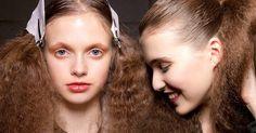 Störrisch, kraus und super nervig: Frizz nennt man den haarigen Albtraum. Die besten Tipps für allzeit perfektes Haar!