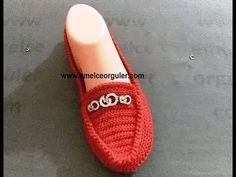 Şimdiki tarifimiz makosen patik yapımı üzerine. Tabanlık üzerine akrilik ip ile patik örüyoruz. Çok şık duruyor. Ayakkabı şeklinde patik modelleri. Free Crochet Bag, Knitted Slippers, Slipper Socks, Crochet Poncho, Crochet Purses, Crochet Slippers, Crochet Video, Crochet Sandals, Shoe Pattern