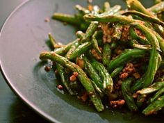 Easy Sichuan Dry-Fried Green Beans (Gan Bian Si Ji Dou) Without a Wok Recipe on the hunt for the best szechuan green beans. ideally with no pork but with dried shrimps. and pep Pan Green Beans, Delicious Green Beans, Cooking Fresh Green Beans, String Bean Recipes, Green Bean Recipes, Fresh String Beans Recipe, Fresh Green Beans Recipe, Spicy Recipes, Kitchens