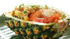 O arroz tailandês no abacaxi é uma receita deliciosa, bonita e prática para fazer. O contraste de sabor entre os ingredientes, como a o picante e a doçura do abacaxi, deixa este prato com sabor muito peculiar.