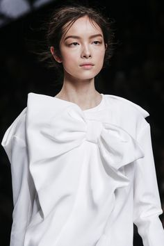 Viktor & Rolf Fall 2013 Ready-to-Wear Fashion Show Couture Details, Fashion Details, Japan Fashion, Fashion Show, Fashion Trends, Victor And Rolf, Classic White Shirt, Viktor Rolf, Lovely Dresses
