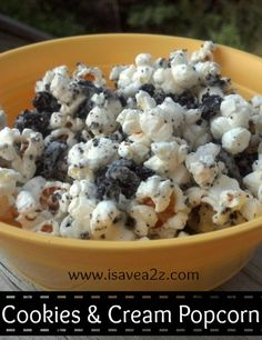 Cookies and Cream Popcorn Recipe! This is absolutely delicious! Popcorn Recipes, Snack Recipes, Dessert Recipes, Cooking Recipes, Healthy Recipes, Yummy Snacks, Delicious Desserts, Yummy Food, Cookies And Cream