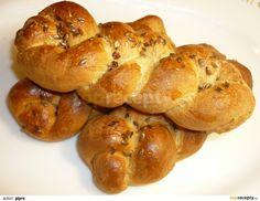 Do pekárny dáme suroviny v pořadí, jak je v receptu uvedeno. Zapneme program Těsto. Z těsta pak na vále vytvoříme rohlíky, bulky nebo housky,...