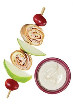 A complete picnic meal on a kebab! Just thread turkey pinwheels, apple wedges, and grapes onto a stick. Kabobs, Skewers, Whats For Lunch, Kids Meals, Camp Meals, Snacks Kids, Appetisers, I Foods, Baby Foods