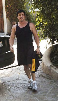 sylvester stallone photos   Sylvester Stallone vor seinem Fitness-Studio
