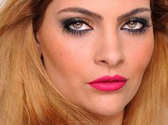 Maquiagem para festa com sombra preta e dourada com batom rosa.
