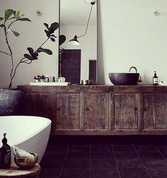 Bañito caliente con espuma y cenita en casa... Súper PLAN #love #decoracion #interiorismo #interiordesign #luz #light #relax #bathroom #bañera #bath #rustico #madera #otreencuentroenunratito #picoftheday #trucosparadecorar #pinterest