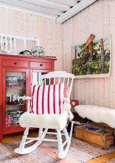 22 neliön talvinen minimökki   Meillä kotona Scandinavian Home, Rocking Chair, Shabby Chic, Cottage, Country, Interior, House, Furniture, Home Decor