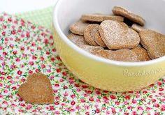 Biscoitinho de Canela: 1 e 1/2 xícara de farinha de trigo; 1/2 xícara de amido de milho (Maizena), 1/2 xícara de açúcar, 1 colher (sopa) de canela em pó, 1 colher (sopa) de chocolate em pó, 1 colher (sopa) de essência de baunilha, 120g de manteiga amolecida (pouco mais da metade daquele tablete que parece um tijolinho), Leite até dar ponto (de 3 a 6 colheres). * A xícara medidora que eu usei tem 200ml e a receita rendeu 2 assadeiras grandes de biscoitos