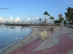 Playa de La Paz.  La Paz es la capital del estado de Baja California, ubicada al sur de l Península de Baja California. La Paz forma parte de las perlas del pacifico, su centro histórico se caracteriza por la arquitectura de su catedral jesuita y su esplendoroso malecón cubierto de esculturas de diversos autores.