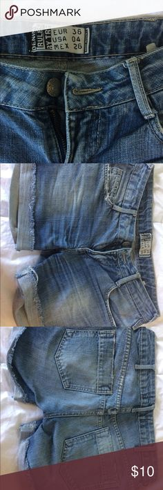 Jeans shorts 👖 Zara Zara jeans shorts a little distressed but still nice to wear with hills or tennis shoes! Zara Jeans