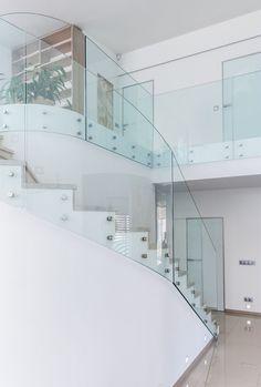 Centrálním obytnému prostoru dominuje mohutné betonové schodiště s nášlapy z běleného dubu a se skleněným točitým zábradlím.