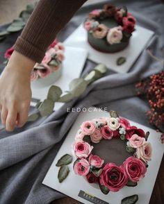 Floral wreath cake (via Instagram).