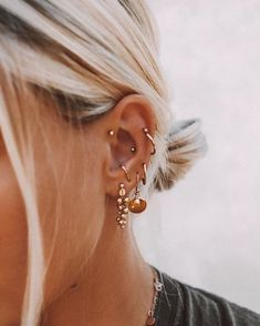 Trending Ear Piercing ideas for women. Ear Piercing Ideas and Piercing Unique Ear. Ear piercings can make you look totally different from the rest. Ear Jewelry, Cute Jewelry, Jewelry Accessories, Gold Jewelry, Gold Bracelets, Jewelry Ideas, Cartier Jewelry, Women Accessories, Simple Jewelry