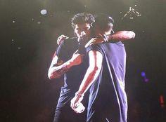 Zayn hugging Liam tonight! #WWATourChicago pic.twitter.com/UOyvZvMHGV