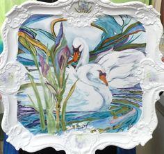 ** Porcelánový tác se zdobeným okrajem a malovanými labutěmi **