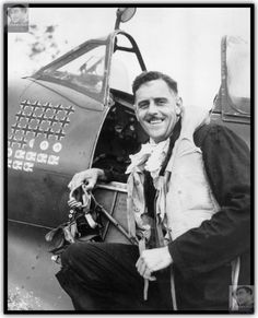 """Australian flying ace Clive Caldwell against his fighter """"Spitfire» Mk.VIII"""