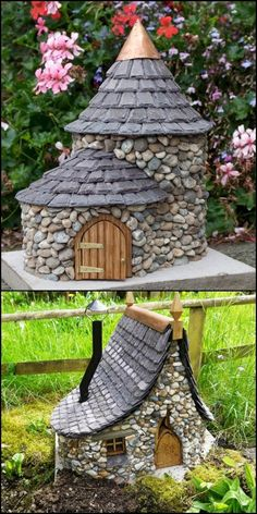 Make a miniature stone fairy house - Diy Garden Decor İdeas Diy Vintage, Vintage Garden Decor, Outdoor Garden Decor, Outdoor Planters, Diy Garden Decor, Hanging Planters, Indoor Outdoor, Garden Crafts, Garden Projects