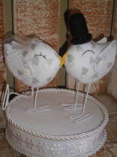 pássaros confeccionados em tecido de algodão com estampa prata (corações)  pernas - arame encapado  pássaro - 13x12    Noivo:  cartola e gravatinha em feltro    Noiva  Véu de tuli  Flor -cetim com strass    BASE NÂO INCLUSA R$ 70,00