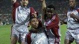 Giovane Elber celebra uno de sus seis goles en la fase de grupos de la campaña 2001/02. El francés David Trezeguet también consiguió esa cif...
