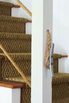 Keeping true to their lakeside location, the Cotneys used a cleat at the end of the fun and inexpensive rope handrail.