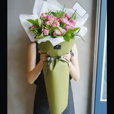 A large sheet of green paper. Gives the illusion of a bigger bouquet and can also be perfect for long stemmed flowers. How To Wrap Flowers, My Flower, Fresh Flowers, Beautiful Flowers, Bouquet Wrap, Hand Bouquet, Deco Floral, Arte Floral, Flower Packaging