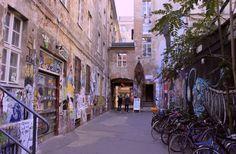 Casa Schwarzenberg, un luogo della memoria storica di Berlino, oggi è uno spazio dedicato alla creatività di writer e street artist di tutto il mondo che qui hanno lasciato un segno del loro passaggio.