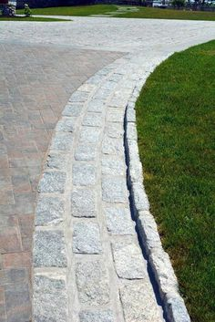 Invite guests in with the top 40 best driveway edging ideas. Explore unique border designs from brick to pavers, concrete, stone landscaping and beyond. Cobbled Driveway, Cobblestone Driveway, Brick Driveway, Asphalt Driveway, Gravel Driveway, Permeable Driveway, Stone Edging, Brick Edging, Metal Edging