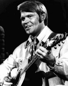 Glen Campbell Alzheimer's Disease age 81 Country Music Artists, Country Music Stars, Country Singers, Dr Hook, The Ventures, Glen Campbell, Music Photo, Playing Guitar, Famous Faces