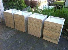 Vierkante plantenbak van pallethout, bekleedt tegen de vorst. 50x50x70 com, €60 per stuk.