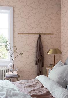 Feminin rosa wallpaper in the bedroom.