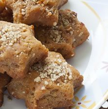 Είναι απίστευτα τραγανά, νόστιμα με πλούσια γεύση από μέλι και ξηρούς καρπούς. Το καβουρντισμένο σουσάμι μέσα στο ζυμάρι δίνει εξαιρετικό άρωμα στο «μπισκότο» αυτό που μπορείτε να το φτιάχνετε και όλο τον χρόνο Greek Recipes, Greek Meals, Greek Sweets, Pie Cake, Sweets Recipes, Christmas Desserts, Donuts, Biscuits, Deserts