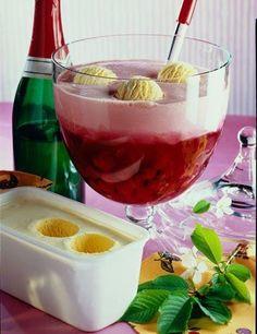 Kirschbowle eisgekrönt | Ice Cream topped Cherry Punch so eine Bowle hast du noch nie gesehen oder sollten wir besser sagen: So ein Eis hast du noch die gesehen? ;) #eis #gelato #ausgefallen #trend #bowle #punch #kirsch #cherry #daskochrezept #icecream #eiscreme #dessert #alkohol #eisbowle #rot #red #selbermachen