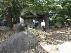 【奉仕活動】平成23年6月13日、神社お助け隊『巴会』の皆さんと境内清掃を行いました。