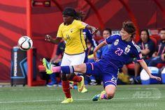 女子サッカーW杯カナダ大会・グループC、エクアドル対日本。エクアドルのモニカ・キンテロス(左)にタックルを仕掛ける北原佳奈(2015年6月16日撮影)。(c)AFP/JEWEL SAMAD ▼17Jun2015AFP 日本、3連勝で決勝Tへ 女子サッカーW杯 http://www.afpbb.com/articles/-/3051809 #2015_FIFA_Womens_World_Cup #Group_C_Ecuador_vs_Japan