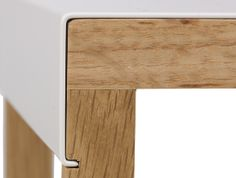 Les pièces sont tenus ensemble par le passage d'une pièces dans une encoche. La pièce passant par l'encoche fait effet de liaison entre les deux tasseaux de bois.