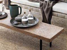 Mesa rectangular, tipo baco, con adornos agrupados en una bandeja