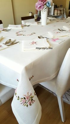 Mwsa ortusu ve servis takimi Embroidery Hoop Decor, Embroidery Flowers Pattern, Learn Embroidery, Crewel Embroidery, Hand Embroidery Designs, Lace Patterns, Dining Table Cloth, Table Linens, Dinning Table