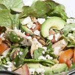 Létt kjúklingasalat með avocado, tóm og hnetusósu.     Rosalega ferskt og flott salat og hnetusósan toppar þetta salat algjörlega!