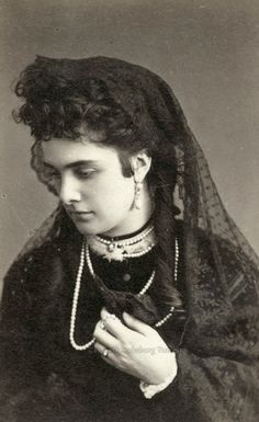 Comtesse Léontine von  Khevenhüller-Metsch (1843-1914) épouse en 1860 Maximilian Egon Fürst zu Fürstenberg (1822-1873) puis en 1875 le prince Emil Egon zu Fürstenberg (1825-1899).