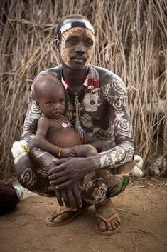 young father and child from Karo Tribe ~ Omo Valley ☆ Ethiopia ☆ Africa Black Is Beautiful, Beautiful World, Beautiful People, African Tribes, African Art, We Are The World, People Around The World, Art Afro, Tribal People