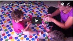 Esta tarde nuestra hija ha jugado con plastilina por primera vez. Aún no ha cumplido 14 meses, así que hemos buscado una no tóxica, comestible, para evitar accidentes. De todos modos, hemos tratado de que no se la lleve a la boca, ya que lo que si contiene son colorantes.